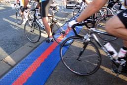 Mat van ChronoTrack die helpt met de tijdregistratie van de passerende fietsers..
